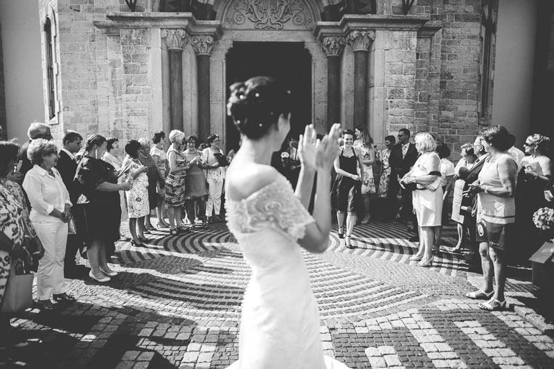 la mariée applaudit après le lancer de bouquet