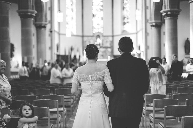 la mariée arrive au bras de son père