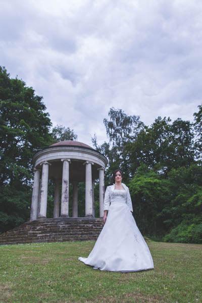 la mariée s'avance doucement vers lui sous un ciel orageux