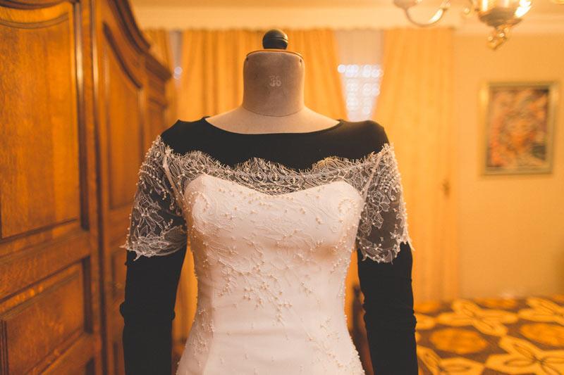 la robe de la mariée posée sur son mannequin