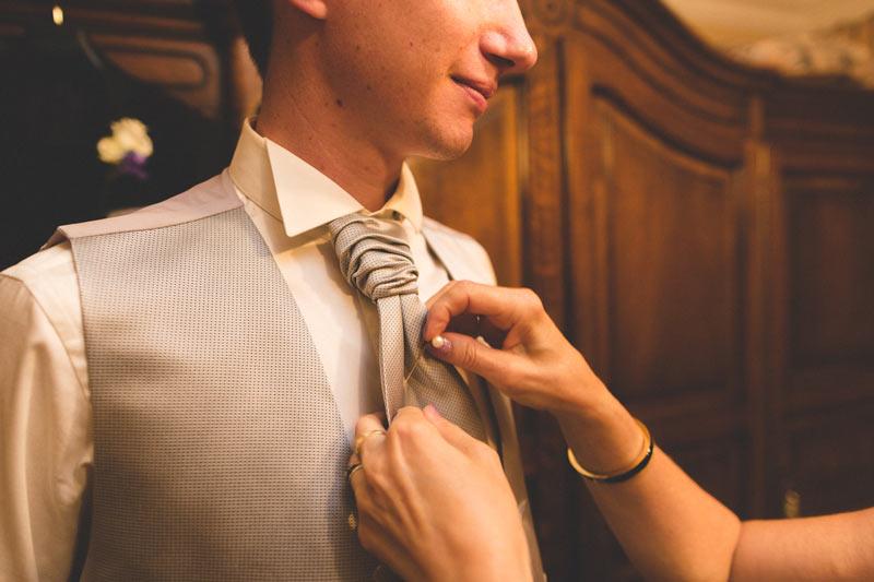 le noeud de cravatte du marié par le photogarphe