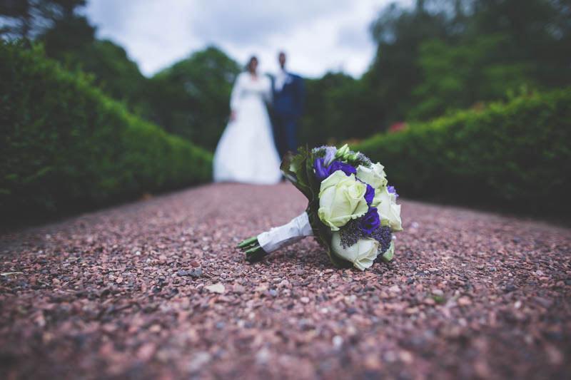 le photographe a une idée originale en photographiant le bouquet