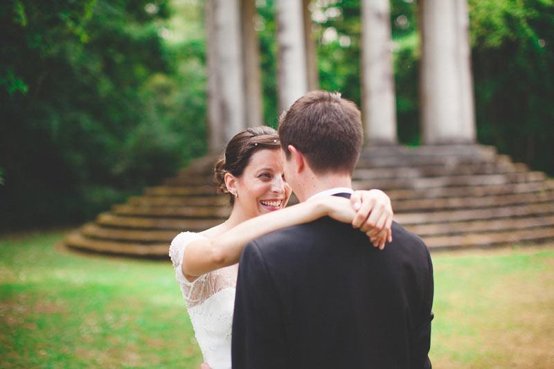 le photographe capture un moment complice entre les mariés