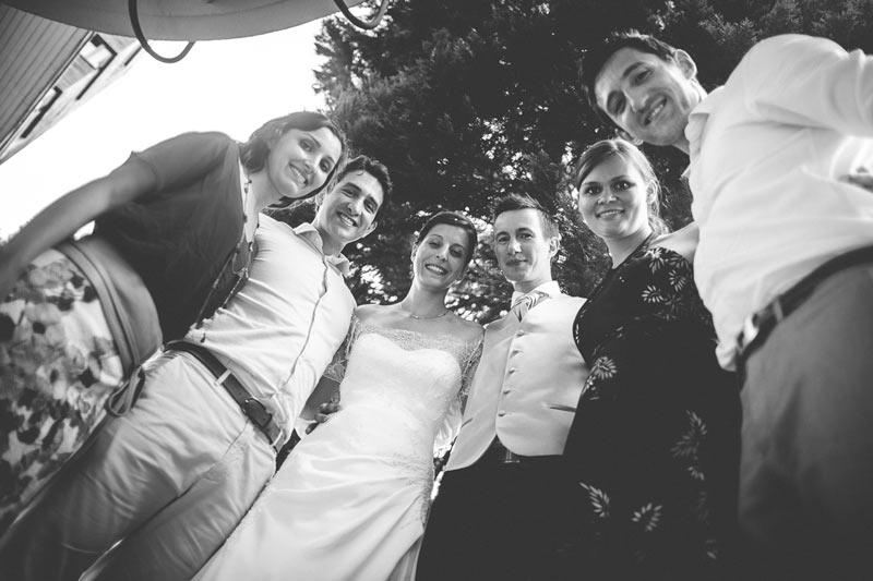 le photographe choisit un angle original pour faire une photo de groupe