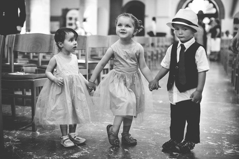 le photographe et les enfants pendant la cérémonie religieuse