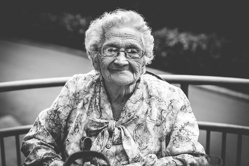 le photographe fait un portrait de la grand-mère