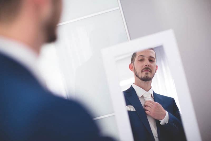 le photographe joue avec le reflet du miroir
