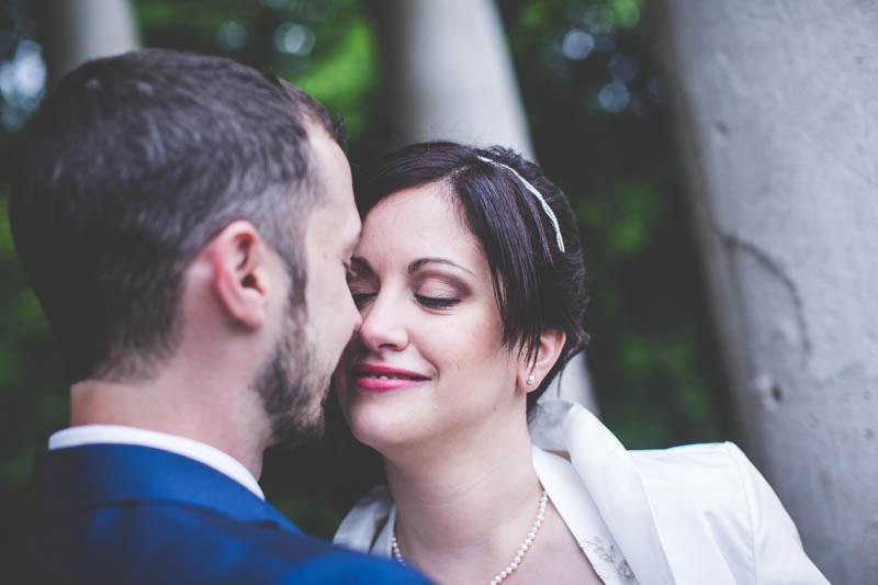 le presque bisous des mariés sous l'oeuil hagard du photographe