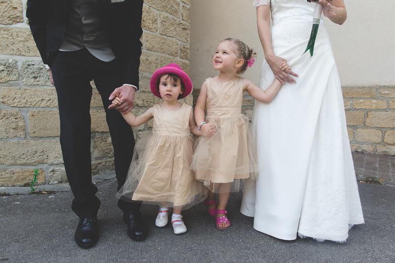les enfants tiennent les mariés par la main