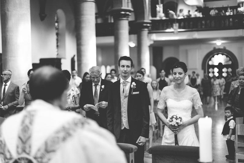 les mariés devant le curé