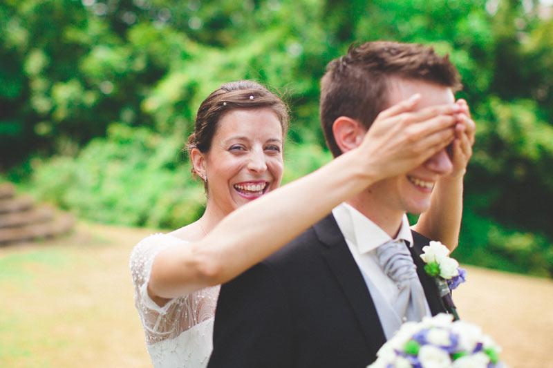 les mariés pendant le first-look au luxembourg