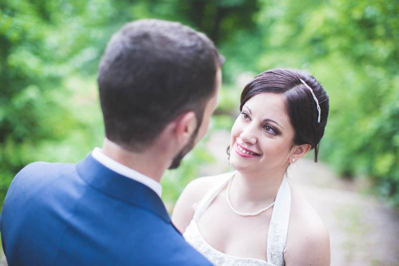 les mariés se regardent dans les yeux