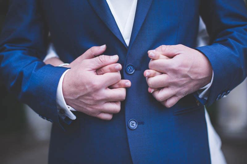 les mariés se tiennent les mains