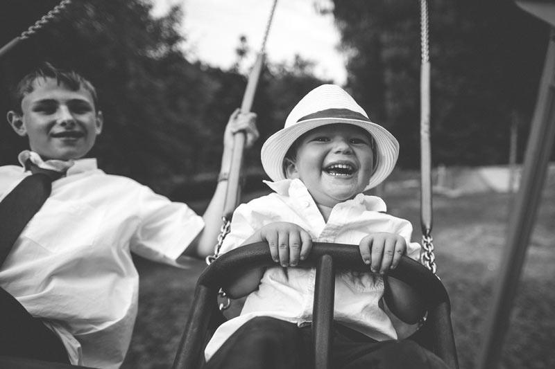 moment de joie d'un enfant sur une balençoire