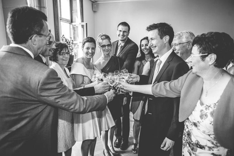 on trinque à la fin de la cérémonie du mariage