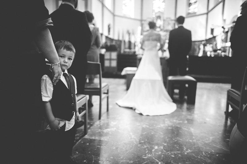 photo d'un enfant pendant la cérémonie religieuse du mariage