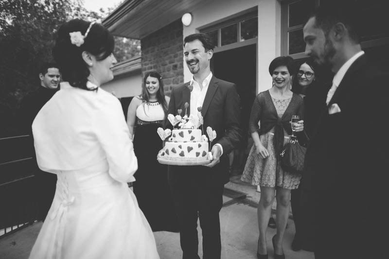 un invité apporte le gateau du mariage