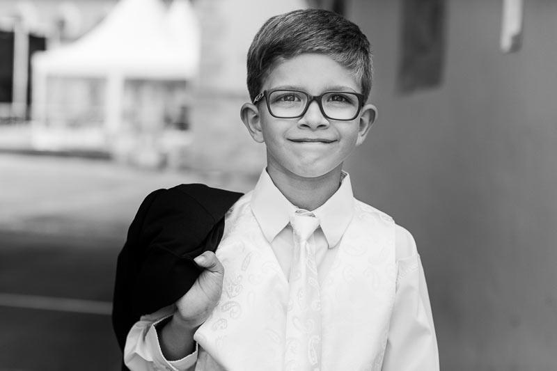 le petit garcon sourit au photographe
