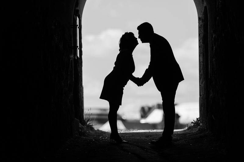 le photographe réalise une silhouette d'un couple s'embrassant