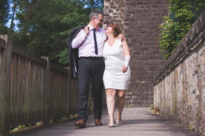 un couple marche le long d'une rivière