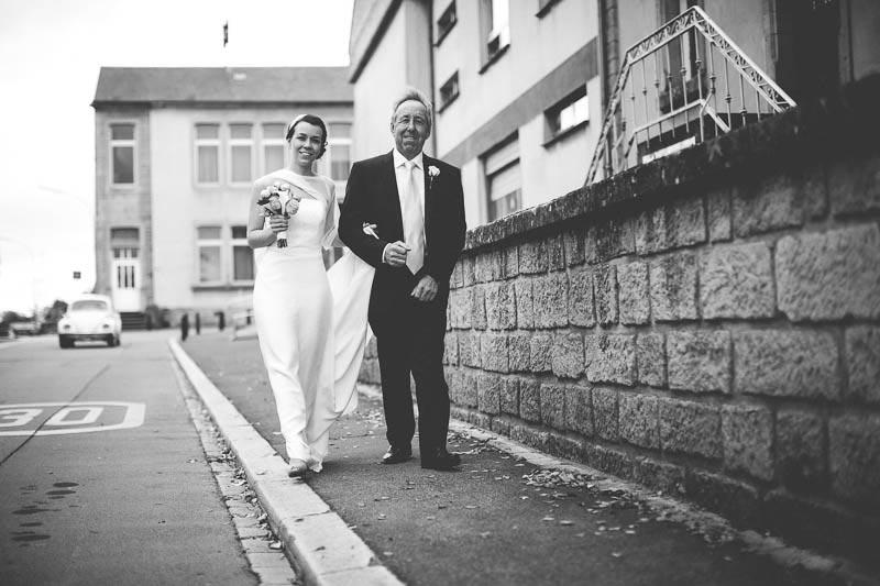 la mariee accompagnee par son papa a l-eglise