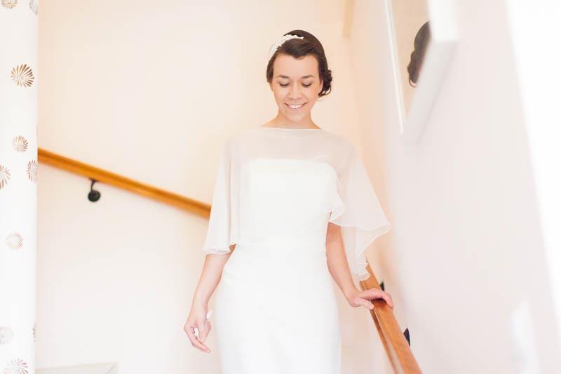 la mariee descend les escaliers pour retrouver son homme