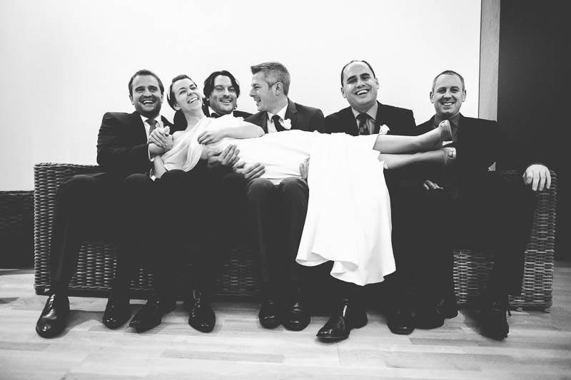 la mariee est portee par les hommes pour une photo rigolote