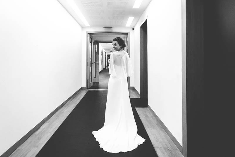 la mariée marche dans un couloir