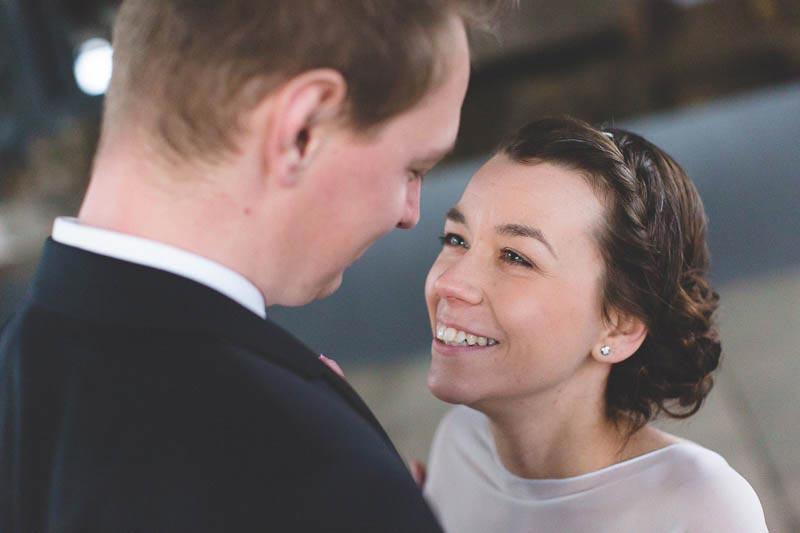 la mariée sourit a son amoureux