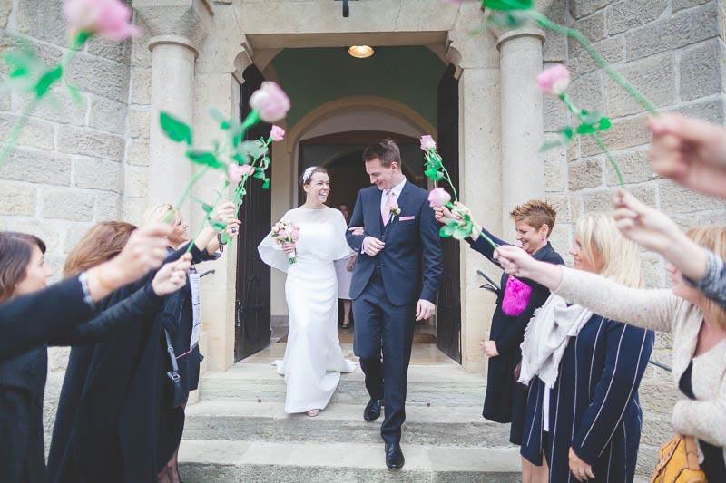 la sortie des mariés devant l-eglise