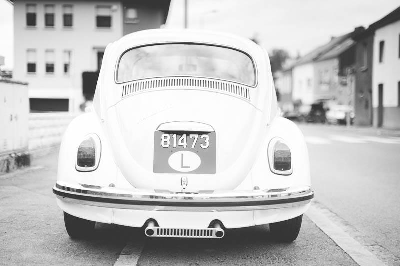 la voiture des mariés en noir et blanc