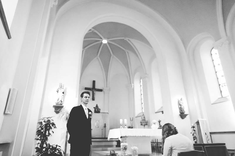 le marié attend sa femme a l-eglise