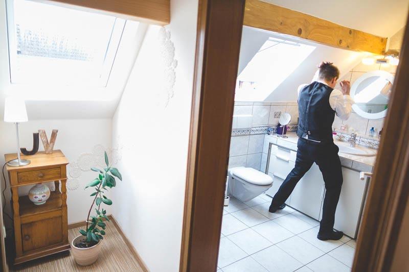 le-marié serecoiffe dans sa salle de bain