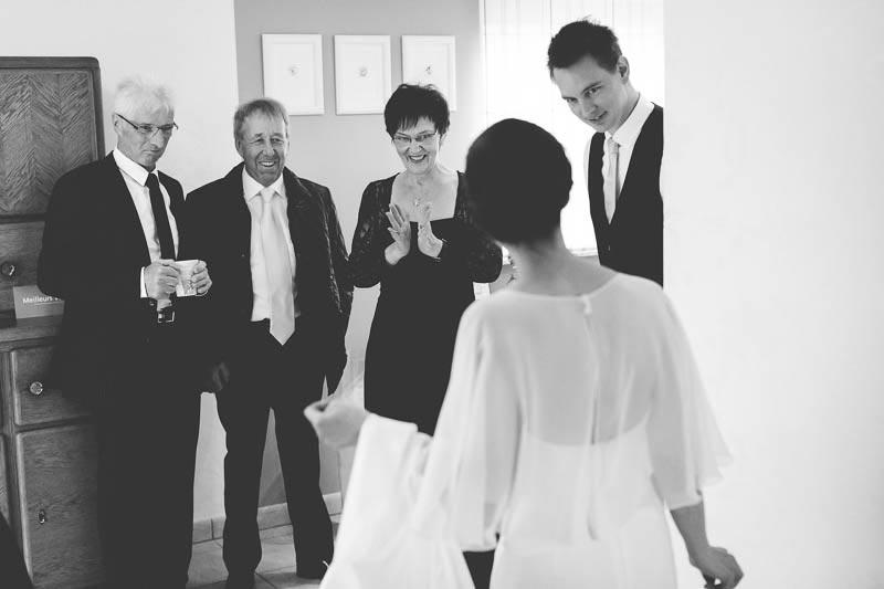 le photographe capte le moment ou les invites decouvre la mariée