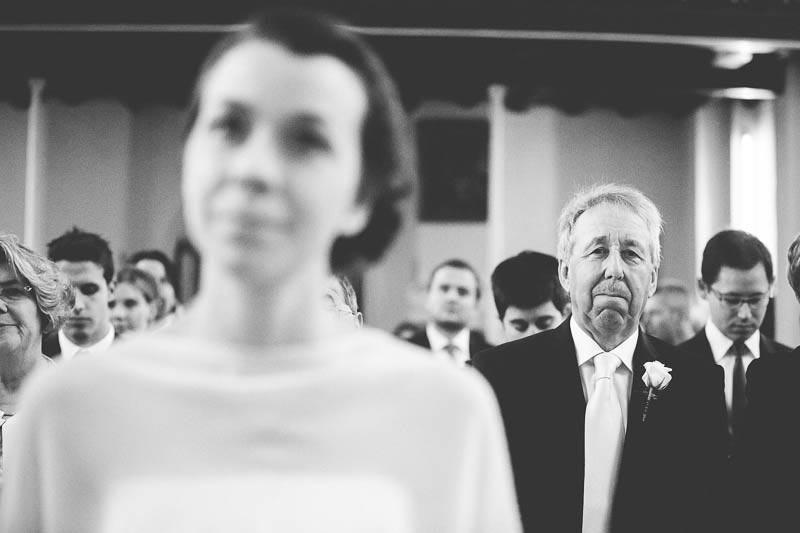 le photographe choisit de faire le focus sur le papa de la mariee