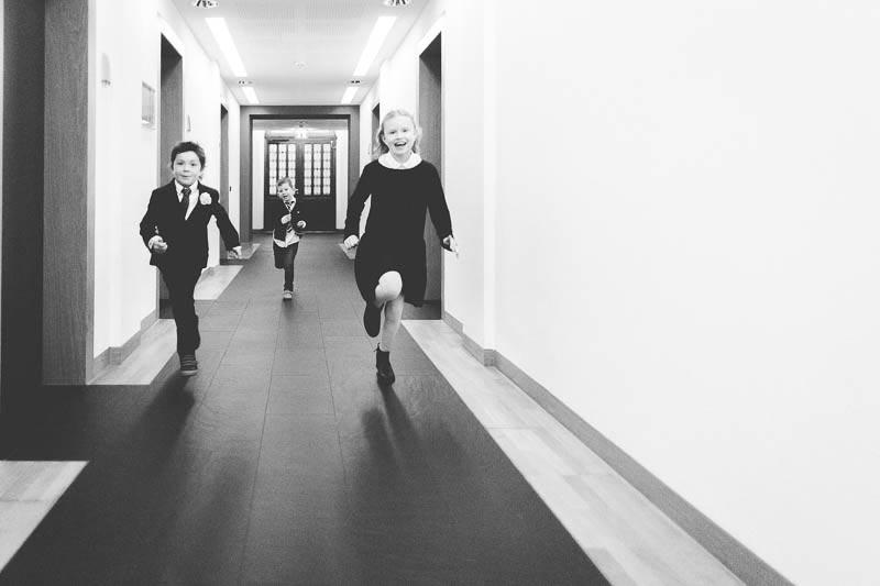 le photographe demande aux enfants de courir
