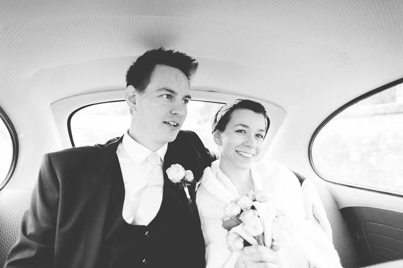 le photographe est monte dans la voiture avec les maries