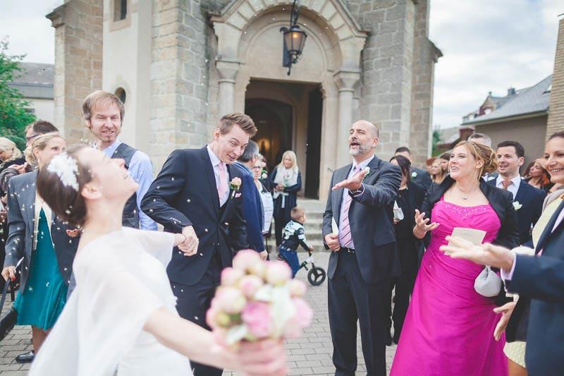 les mariés felicites par leurs invites