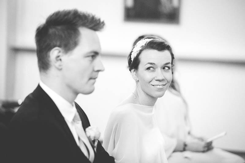 moment complice pendant la ceremonie du mariage