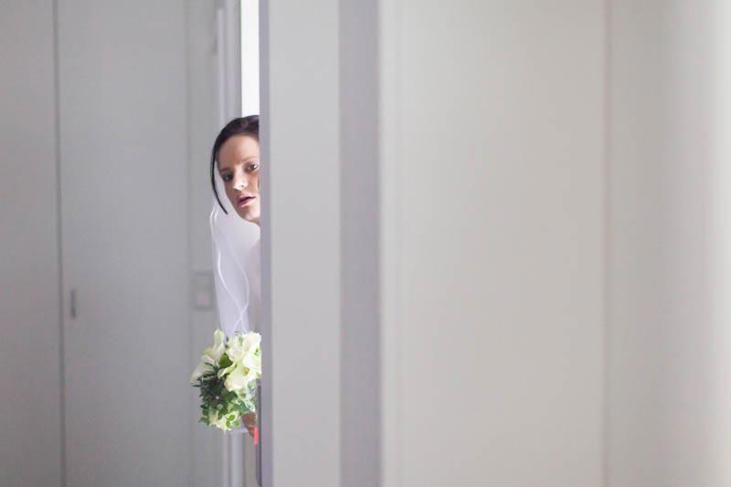 la mariée patiente devant le cortège