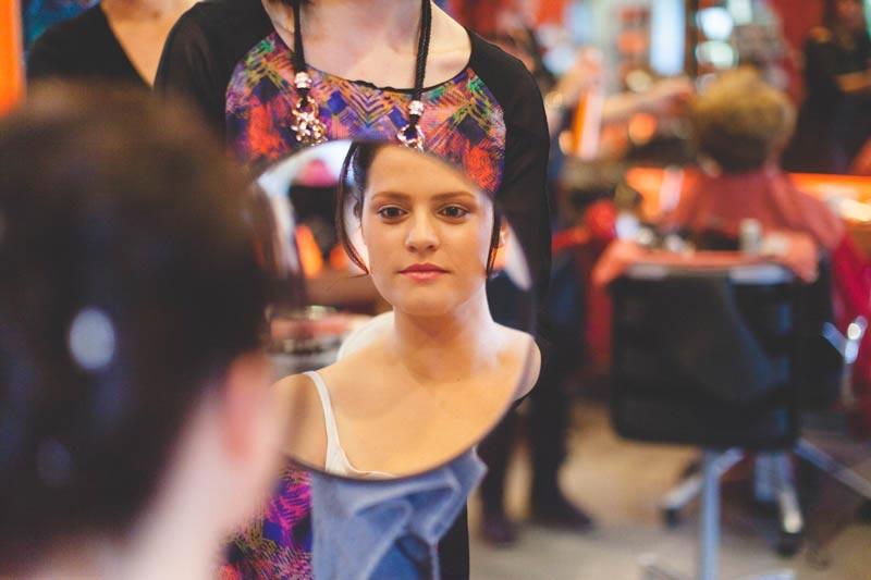 la mariée se regarde dans le miroir du coiffeur au luxembourg