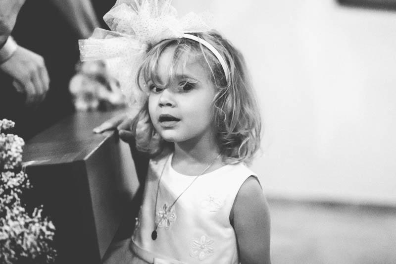 la petite fille regarde le photographe