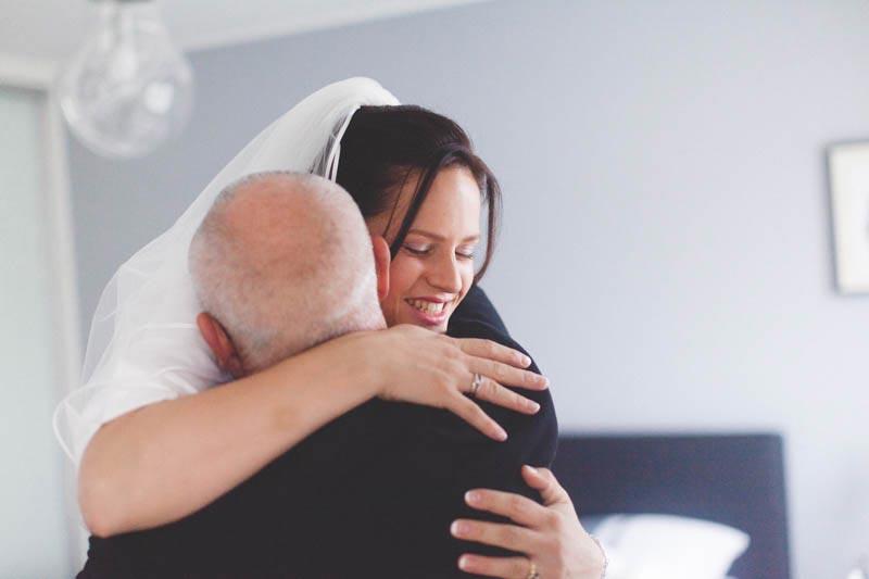 le papa tombe dans les bras de la mariée