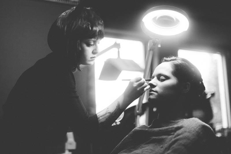 maquillage de la mariée en présence du photographe