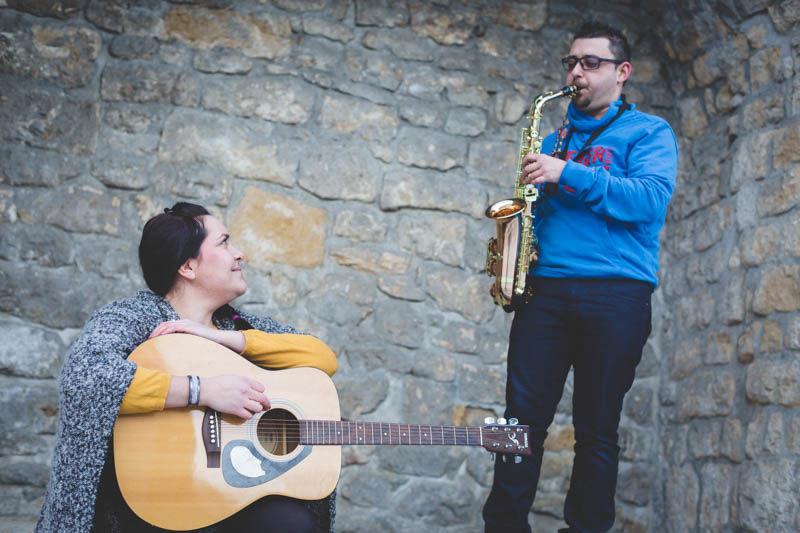 guitare et saxophone pendant une seance fiancailles
