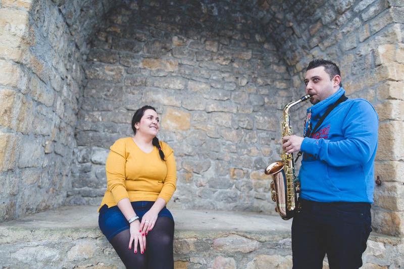 joueur de saxophone pendant une seance fiancailles