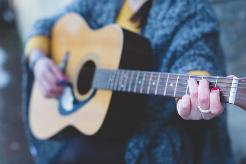 le photographe isole la guitare pour le plus bel effet