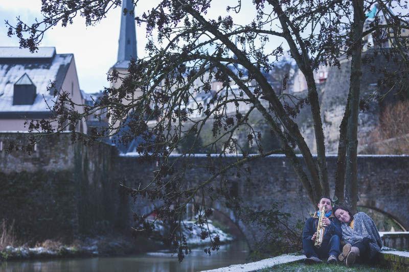 les amoureux sous un arbre pendant la séance fiançailles