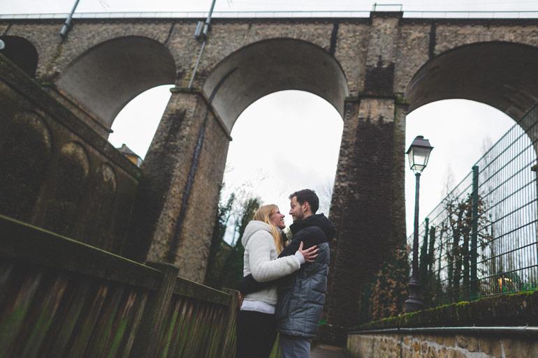 couple de fiançés sous un pont du luxembourg