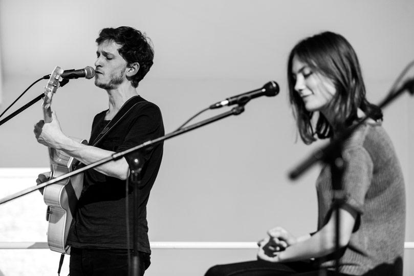 concert avec une chanteuse et un guitariste